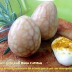 Huevos marmolados de codorniz en nido de hamburguesa de yuca y sus salsas especiadas