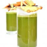 Smoothie de espinacas y teja de mozarella con mini ensalada de col, apio y zanahoria
