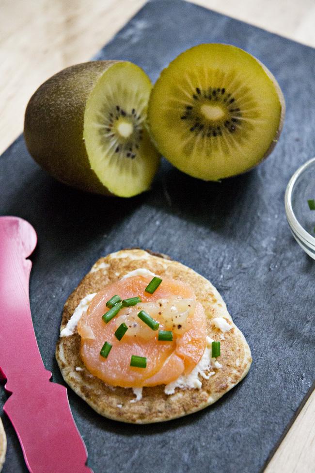 blinis de salmón, queso y caviar de kiwi