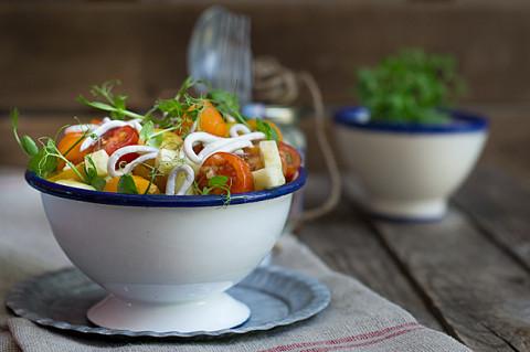ensalada de tomates y pepino con gulas