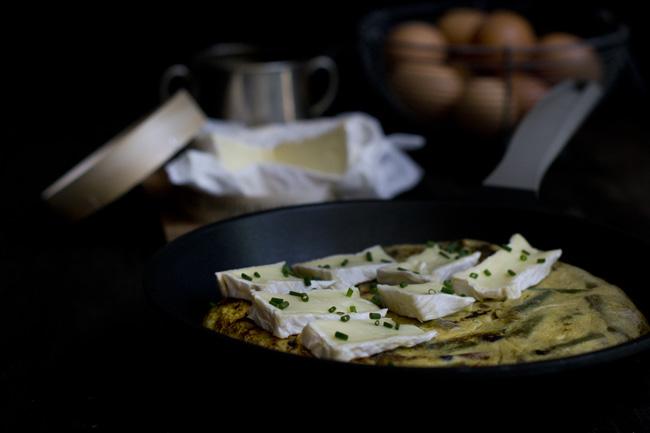 frittata de espárragos verdes y camembert