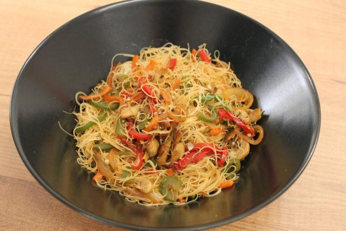 fideos de arroz con verduras y salsa de soja