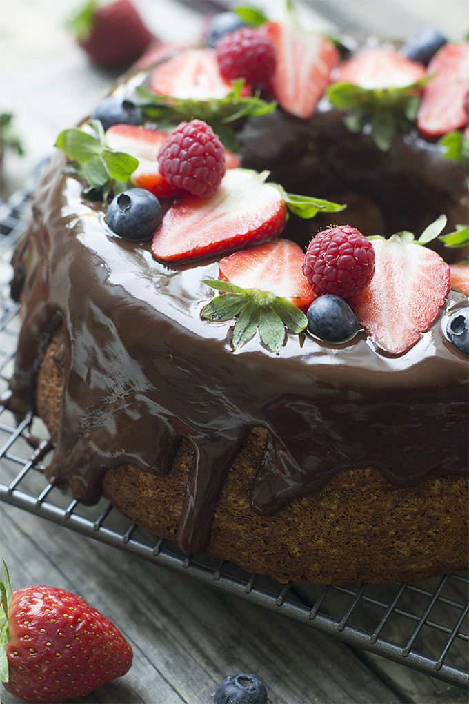 angel food cake con chocolate y frutos del bosque