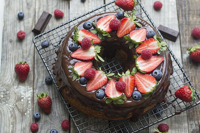 angel food cake con chocolate y frutos del bosque