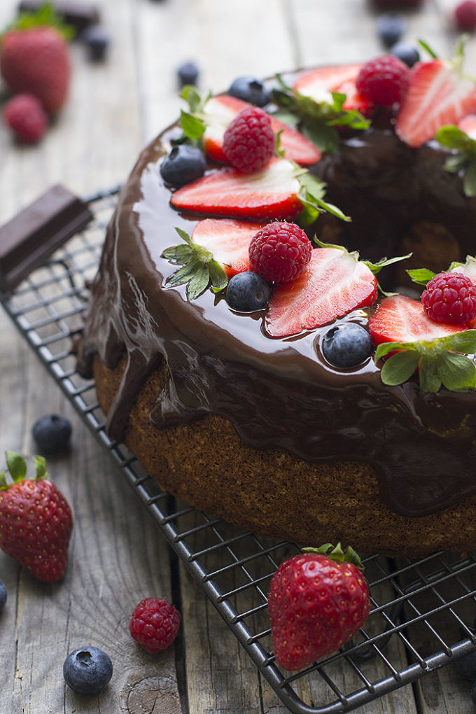 angel food cake con chocolate y frutos del bosque P