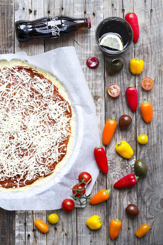 pizza de coliflor con jamón y rúcula