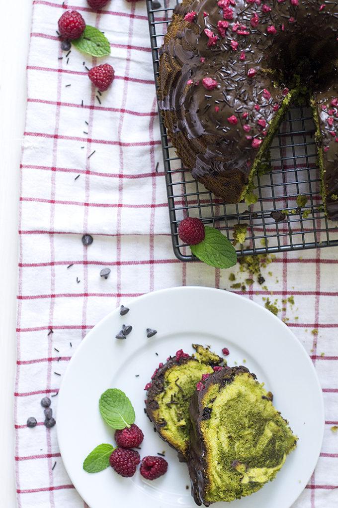 Bundt cake de té matcha con chocolate